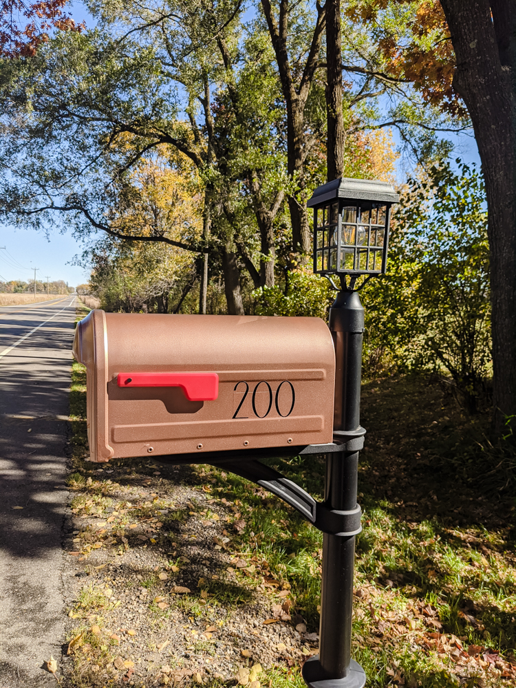 I took on a quick mailbox makeover this weekend, and I'm so excited to share how it turned out! The best part? You can do it, too! All you need is some spray paint and a Sunday.